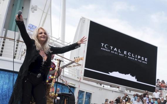 La chanteuse britannique à la voix rauque Bonnie Tyler a interprété en direct son tube international de 1983, <em>Total eclipse of the heart,</em> sur le bateau de croisière <em>Oasis of the Seas.</em> (AP, Charles Sykes)