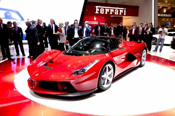<strong>La voiture de ses rêves :</strong> Il adore la Formule 1, il adore Ferrari et il aimerait bien en avoir une quand lui et sa femme auront fini d'élever leurs trois enfants. (Photo : Éric LeFrançoi)