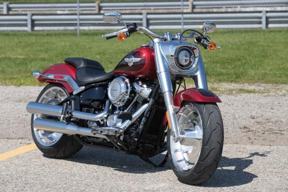 Les photos ne font pas justice la nouvelle Fat Boy. En personne, elle choque. On la regarde, ébahi, on en fait le tour en remarquant détail après détail. De la nacelle avant aux proportions complètement exagérées jusqu'aux roues qui semblent empruntées à un rouleau compresseur (le pneu arrière est un 240 mm, l'avant, un 160 mm!) en passant par les ailes surdimensionnées, elle semble tout droit sortie d'un film de... (Photo : Harley-Davidson)