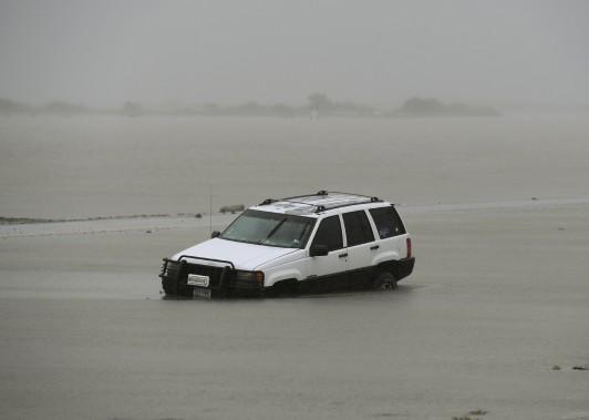Une voiture est submergée d'eau à Corpus Christi, premier endroit à avoir été frappé par la tempête. (AFP, Mark Ralston)