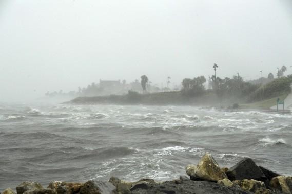 Les vents poussaient violemment les vagues contre les côtes du Texas. (AFP, Mark Ralston)