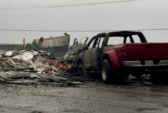 Une maison et une voiture ont pris feu pendant le passage de l'ouragan. (AFP, Mark Ralston)