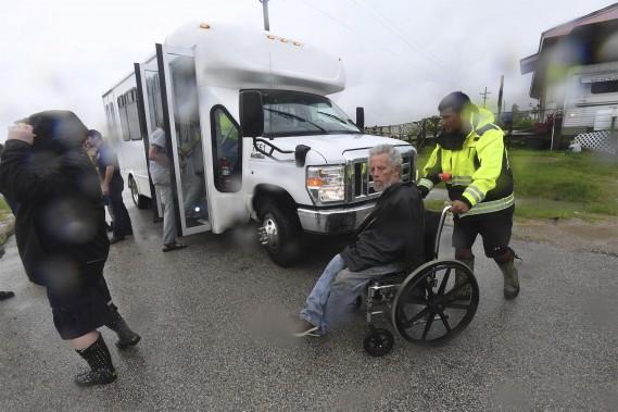 Un homme à mobilité réduite est évacué à l'approche de la tempête. (AP)