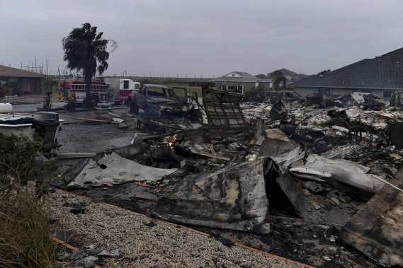 Une maison a pris feu et ses débris jonchent le sol près de Corpus Christi. (AFP, Mark Ralston)