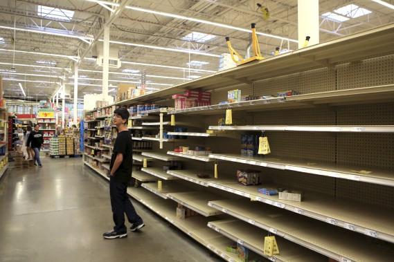 Les épiceries ont été vidées peu avant l'évacuation. (AP)