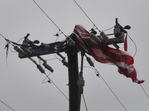 Un drapeau américain a été arraché de son mât et s'est écrasé contre une ligne électrique. (AFP, Mark Ralston)