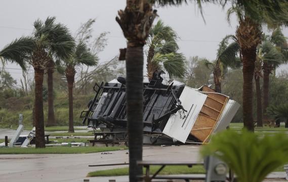 Une remorque a été projetée et renversée par la force des vents soufflant parfois à pluis de 200 km/h. (AP, Eric Gay)