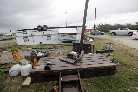 Une remorque a été renversée par la force des vents. (AP)