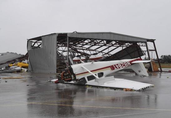 Un petit avion s'est retrouvé à l'envers à l'aéroport de Rockport. (AFP, MARK RALSTON)