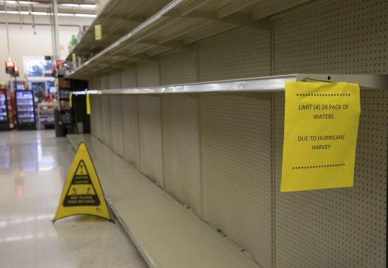 La pénurie d'eau embouteillée se fait sentir dans une épicerie d'Austin. (AFP, Suzanne Cordeiro)