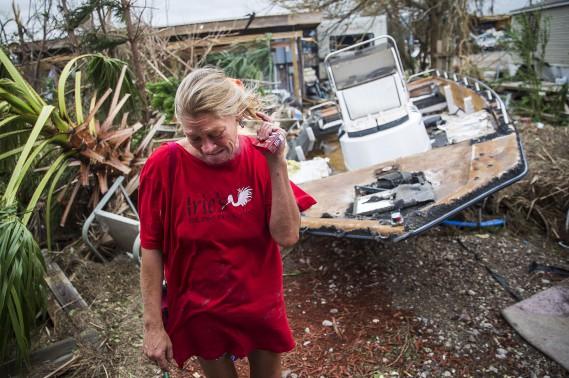 Melani Zurawski pleure en constatant les dommages à sa maison à Port Aransas. (AP, Nick Wagner/Austin American-Statesman)