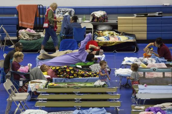 Des personnes évacuées ont trouvé refuge au Centre Delco à Austin. (AFP, SUZANNE CORDEIRO)