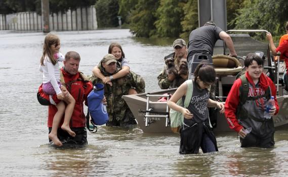 Des résidents sont évacués de leurs maisons à Houston. (AP, David J. Phillip)