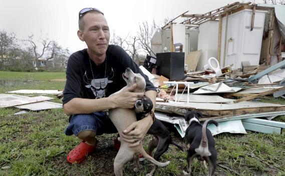 Sam Speights tente de retenir ses larmes alors qu'il constate les dommages à sa maison, à Rockport. (AP, Eric Gay)