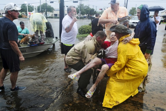 Des voisins ont utilisé leurs propres bateaux pour secourirJane Rhodes à Friendswood, Texas. (AP, Steve Gonzales/Houston Chronicle)