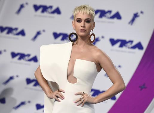 Katy Perry portait un fourreau structuré à longue traîne d'un blanc virginal avec sa nouvelle coiffure courte péroxydée. (AP, Jordan Strauss/)