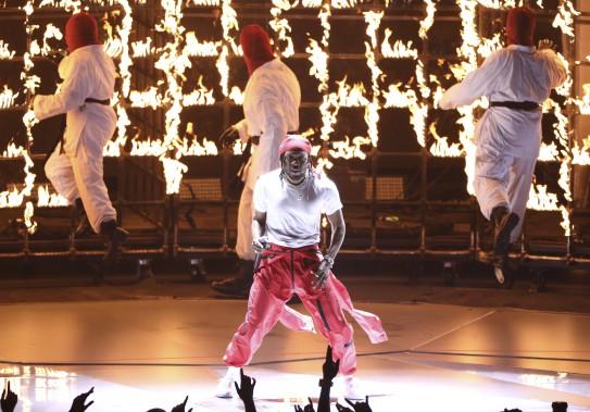 Kendrick Lamar a ouvert la soirée en interprétant son titre Humble sur la scène du mythique Forum d'Inglewood, dans la banlieue de Los Angeles, devant un échafaudage en feu. (AP, Matt Sayles)