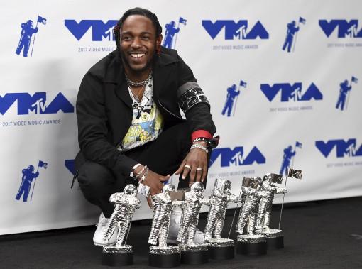 Le rappeur Kendrick Lamar a été le roi des MTV Awards, remportant six nominations au cours d'une soirée très politique. (AP, Jordan Strauss)