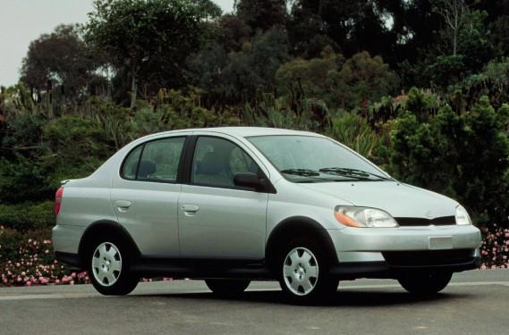 <strong>Sa première voiture</strong> - il a racheté la 2e auto familiale, une Toyota Echo grise. (Photo : La Presse)