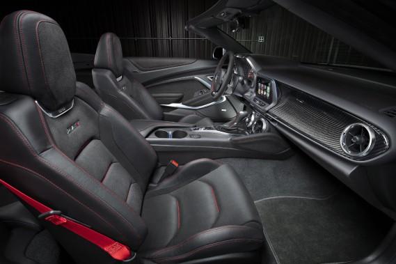 L'intérieur de la Camaro. ()