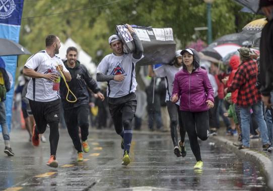 Les équipes des trois disciplines devaient effectuer un portage lors de leur arrivée à Shawinigan. (Éric Massicotte)
