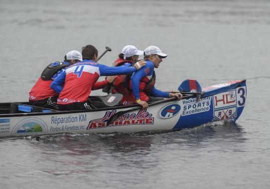 La pluie n'a pas empêché les coureurs de tout donner lors de leur sprint final dimanche. (Éric Massicotte)