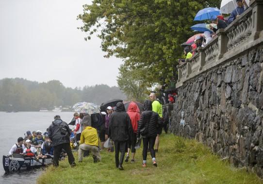 Plusieurs courageux armés de parapluies et d'imperméables sont venus encourager les coureurs de la Classique internationale de canots de la Mauricie. (Éric Massicotte)