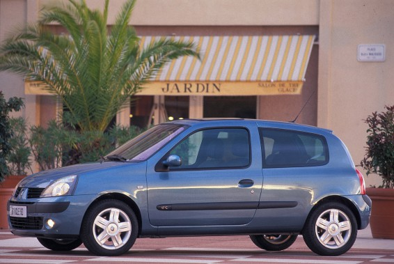 <strong>Sa première voiture -</strong> une minuscule Renault Clio bleue, prêtée par le club de soccer pour lequel il jouait en Norvège. (Photo : Renault)