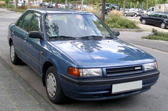 <strong>Sa pire voiture -</strong> UneMazda 323 qui avait beaucoup de kilomètres à l'odomètre, prêtée par un autre club, au Danemark. Il a connu quelques pannes au milieu de la route à Copenhague. (Photo : Wikipédia)