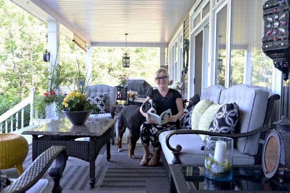 Sylvia Drolet et la chienne Macha se tiennent compagnie sur la terrasse arrière. (Le Soleil, Pascal Ratthé)