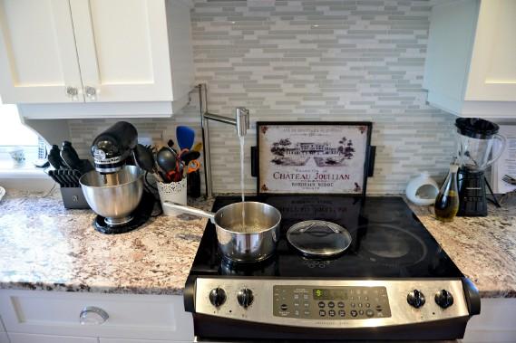 Sylvia Drolet popote beaucoup. Elle apprécie le côté fonctionnel de la cuisine, notamment ce robinet au-dessus de la cuisinière. (Le Soleil, Pascal Ratthé)