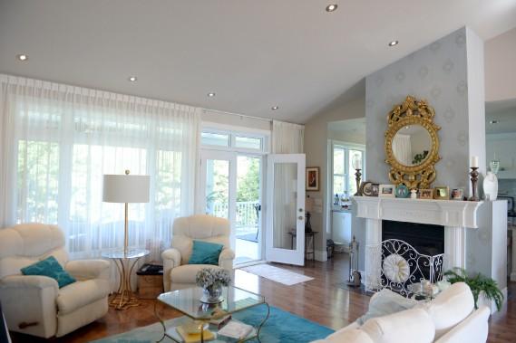 Le salon se trouve à l'arrière de la résidence. Il est séparé de la cuisine par un foyer double-face. (Le Soleil, Pascal Ratthé)