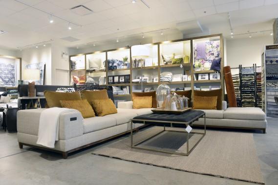 En déménageant, les propriétaires ont gagné 1300 pieds carrés de surface et peuvent offrir des meubles comme ce grand canapé modulaire avec connectivité Bluetooth. (Le Soleil, Jean-Marie Villeneuve)
