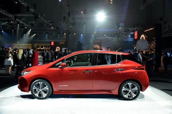 Nissan a présenté la nouvelle génération de sa LEAF tout électrique. Son autonomie a augmenté, elle vient avec des éléments de conduite autonome et la conduite à une seule pédale, mais il faudra voir si elle convainc les masses. Elle arrive dans un marché maintenant fragmenté et très concurrentiel.<br /><br /> (Photo : AFP)