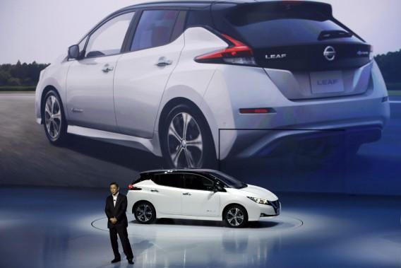 Le PDG de Nissan, Hiroto Saikawa, dévoile la nouvelle Leaf tout électrique au Japon. (Photo :  AP)