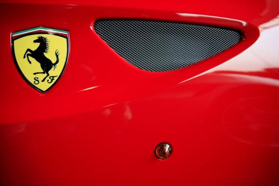 Le logo Ferrari sur une voiture en vente dans une concession à Singapour. Ferrari est une marque de grand luxe à l'échelle moindiale. (REUTERS)