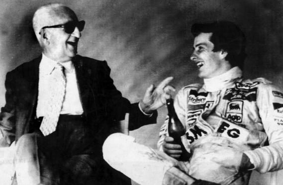 Enzo Ferrari et le pilote Gilles Villeneuve après une séance d'entraînement sur la piste d'Imola en Italie en 1980 (Photo : UPI)