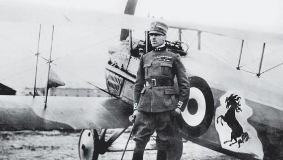 L'emblême Ferrari, l'étalon noir, est un hommage à Francesco Baracca, aviateur italien de la Première guerre mondiale qui l'arborait sur son avion.La mère du pilote, tué au combat en 1918, «me dit un jour: «Mets sur tes machines le <em>cavalino rampante</em>de mon fils. Il te portera bonheur», racontait Enzo Ferrari. L'avion est un Spad.XIII français. (Wikipédia)