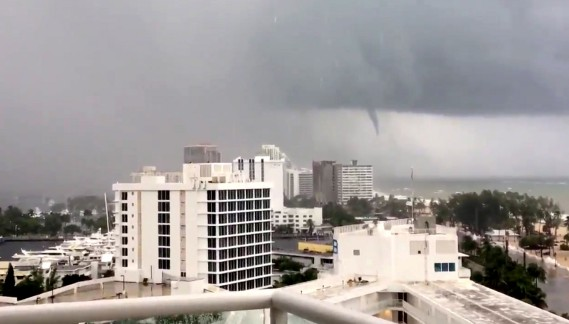 Une tornade s'est formée au-dessus de Fort Lauderdale. (REUTERS)