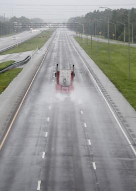 Un camion fait cavalier seul sur une autoroute en direction de Tampa. (REUTERS)