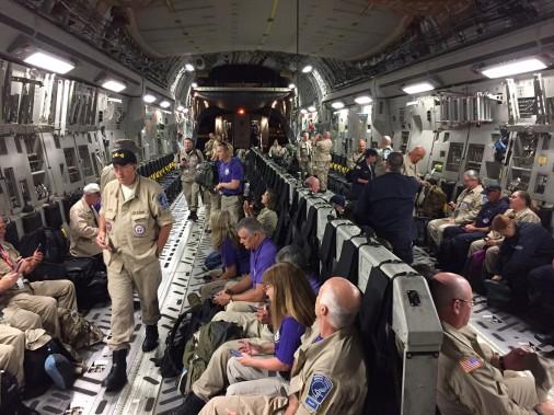 Des docteurs sont transportés dans un avion de la US Air Force pour venir à l'aide de résidents d'Orlando. (REUTERS)