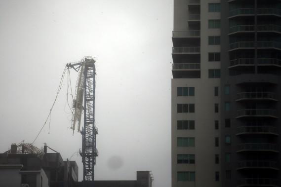 Une grue de construction s'est effondrée au centre-ville de Miami, qui commence à être inondé. (REUTERS)