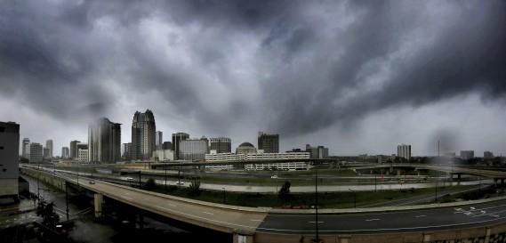 Les nuages se montraient menaçants dimanche après-midi au-dessus du centre-ville d'Orlando. (AP)