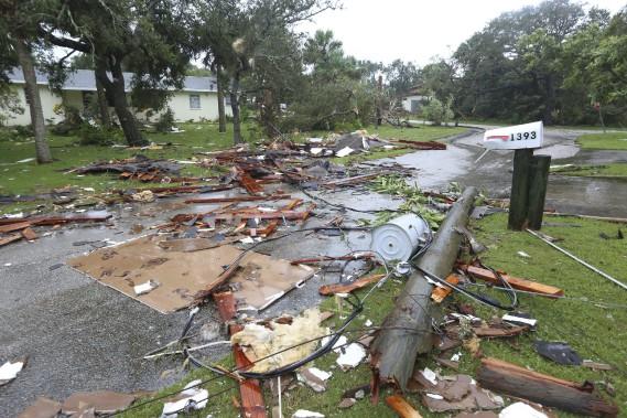 Une tornade a causé des dégâts dans ce quartier résidentiel de Palm Bay Point. (AP)