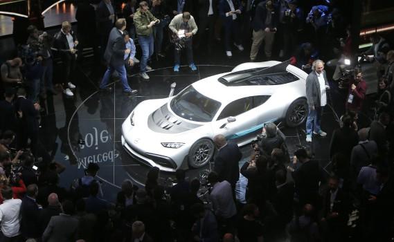 La Mercedes-AMG Project One est entourée de journalistes à Francfort. (Photo : AP)