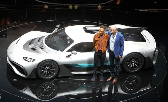 Dieter Zetsche, président du conseil de Daimler AG et PDG de la marque Mercedes, s'est fait photographier avec son pilote de F1 Lewis Hamilton, devant la Mercedes Project One. (AFP)