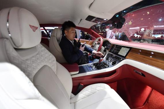 Un homme s'assoit derrière le volant de cette Bentley durant une présentatioh du Groupe Volkswagen la veille du Internationale Automobil Ausstellung (IAA), le Salon de l'auto de Francfort. (AP)