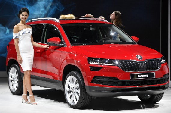 Une hôtesse pose à côté d'un Skoda Karoq lors d'une présentation du Groupe Volkswagen la veille de l'ouverture du Salon de l'auto de Francfort. (AP)