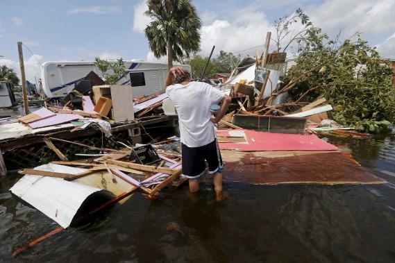 Consterné, Larry Dimas, un résident d'Immokalee, en Floride, n'a pu que constater, lundi, que la maison mobile qu'il louait a été complètement détruite par<i>Irma</i>. (AP, Gerald Herbert)