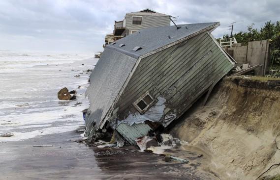 Une maison effondrée dans l'océan Atlantique à Ponte Vedra Beach en Floride (AP, Gary Lloyd McCullough)